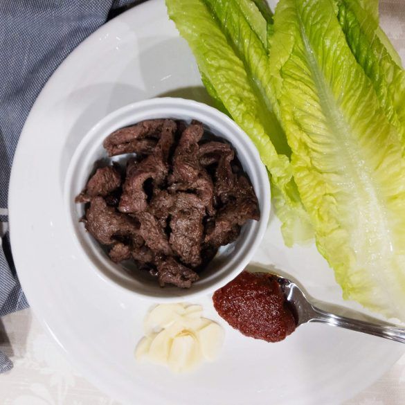 Sesame Seed Oil Rubbed Beef Lettuce Wraps with juicy tender steak, hot red pepper paste (gochujang) and fresh romaine lettuce.