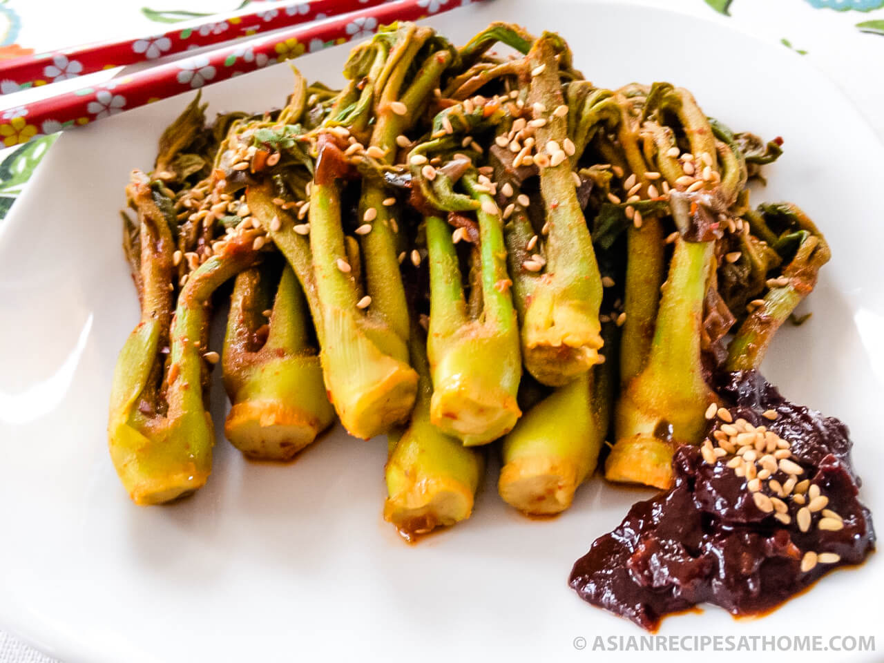 This blanched Korean Angelica-tree shoot (Dureup sukhoe) recipe is slightly sweet, spicy and a healthy side dish that is easy to make.